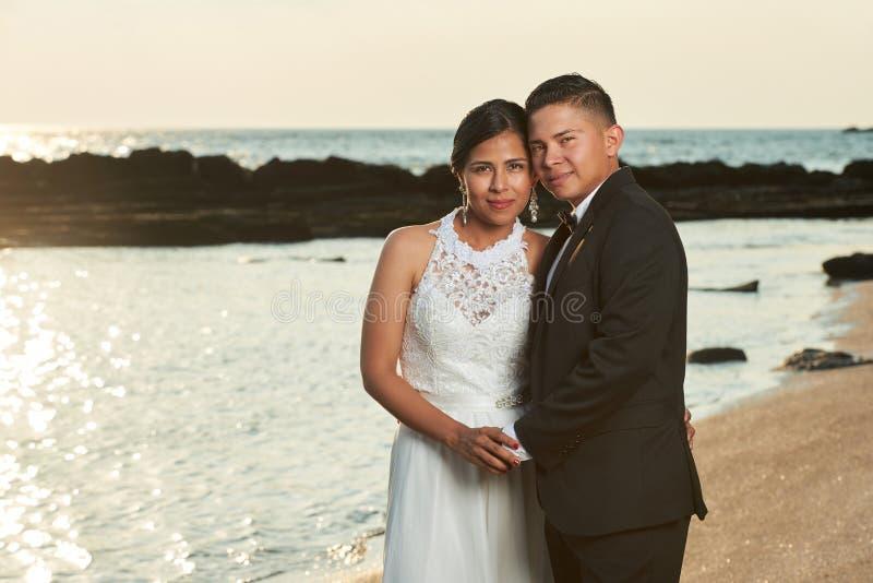 Porträt des jungen hispanischen verheirateten Paars stockbild