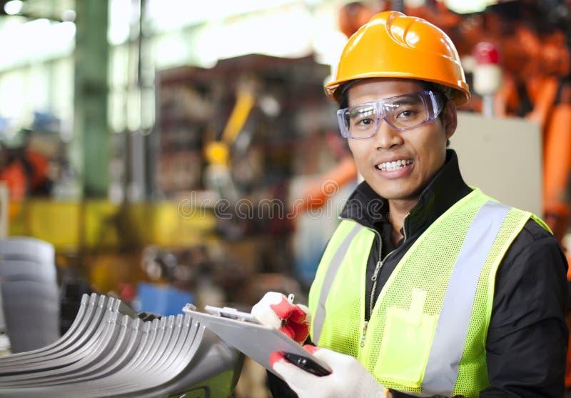 Porträt des jungen Ingenieurs Kenntnisse nehmend stockbild