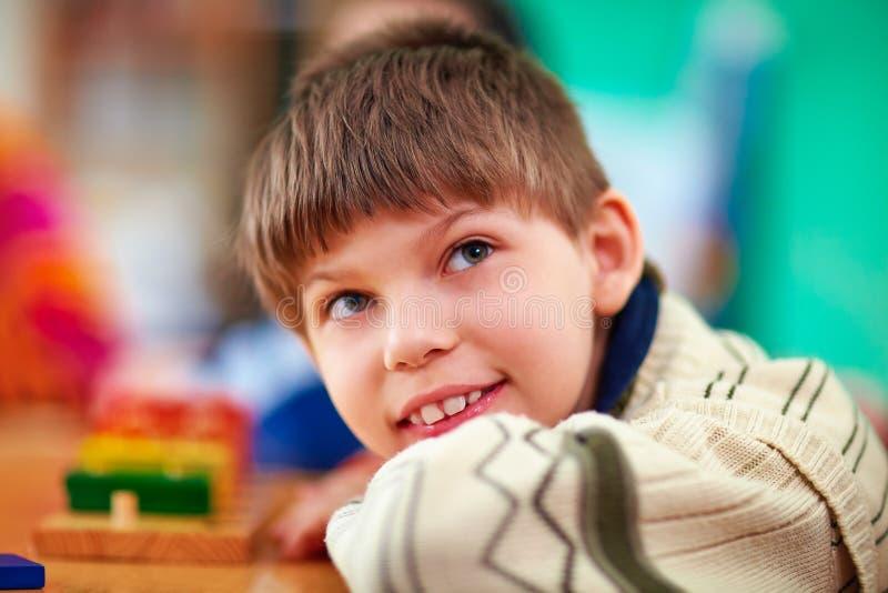 Porträt des jungen lächelnden Jungen, Kind mit Unfähigkeit stockfoto