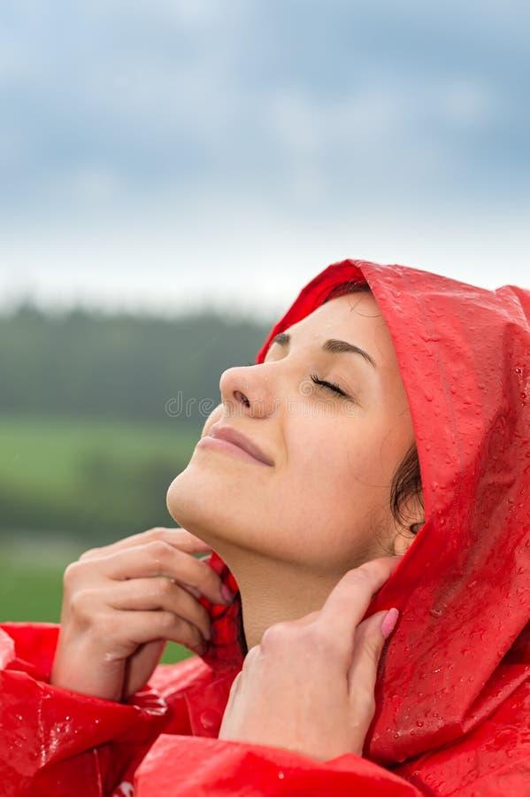 Porträt des jungen Mädchens dem Regen glaubend lizenzfreies stockfoto