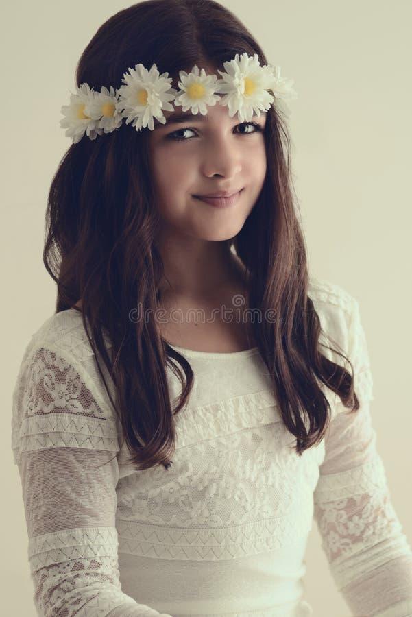 Porträt des jungen Mädchens mit Blumenstirnband stockbilder