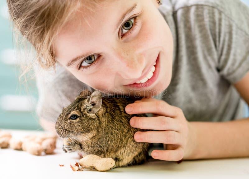 Porträt des jungen Mädchens mit degu Eichhörnchen lizenzfreie stockfotografie
