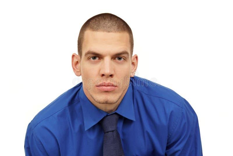 Porträt des jungen Mannes am blauen Hemd und an der Bindung stockfotografie