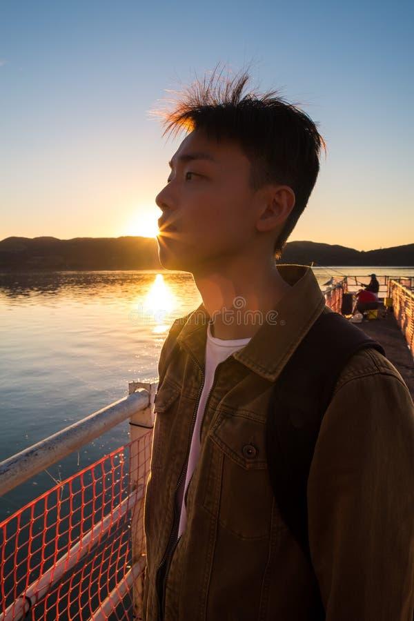 Porträt des jungen Mannes in den tiefen Gedanken und in der Betrachtung lizenzfreies stockbild