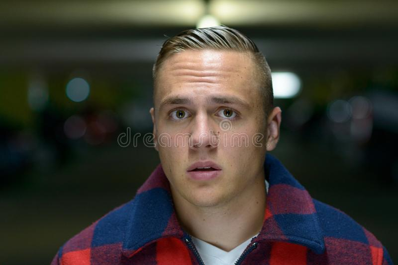 Porträt des jungen Mannes die Kamera betrachtend gesorgt lizenzfreies stockbild
