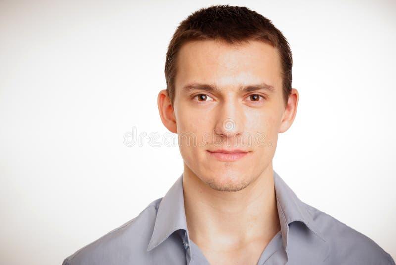Porträt des jungen Mannes am Hemd. stockfotografie