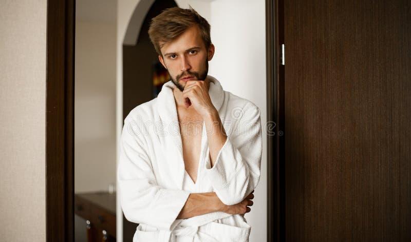 Porträt des jungen Mannes im Bademantel lizenzfreies stockfoto