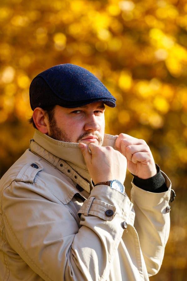 Porträt des jungen Mannes im Herbstwald lizenzfreie stockbilder