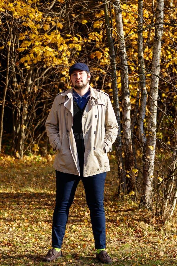 Porträt des jungen Mannes im Herbstwald stockfotografie