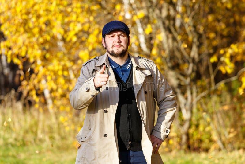 Porträt des jungen Mannes im Herbstwald lizenzfreie stockfotografie