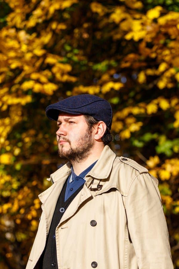 Porträt des jungen Mannes im Herbstwald stockbilder