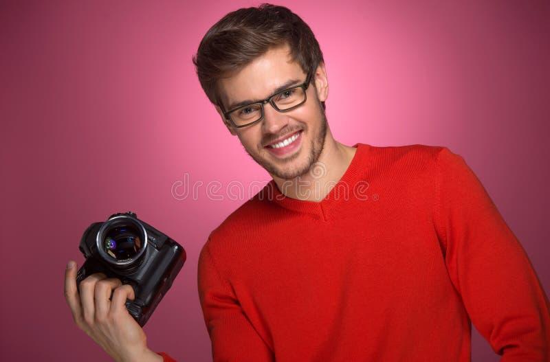 Porträt des jungen Mannes mit Berufsdigitalkamera lizenzfreies stockfoto