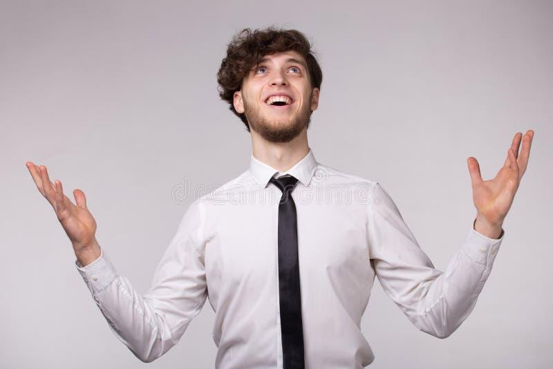 Porträt des jungen Mannes mit bewundertem emotionalem Gesichtsausdruck lizenzfreie stockfotografie