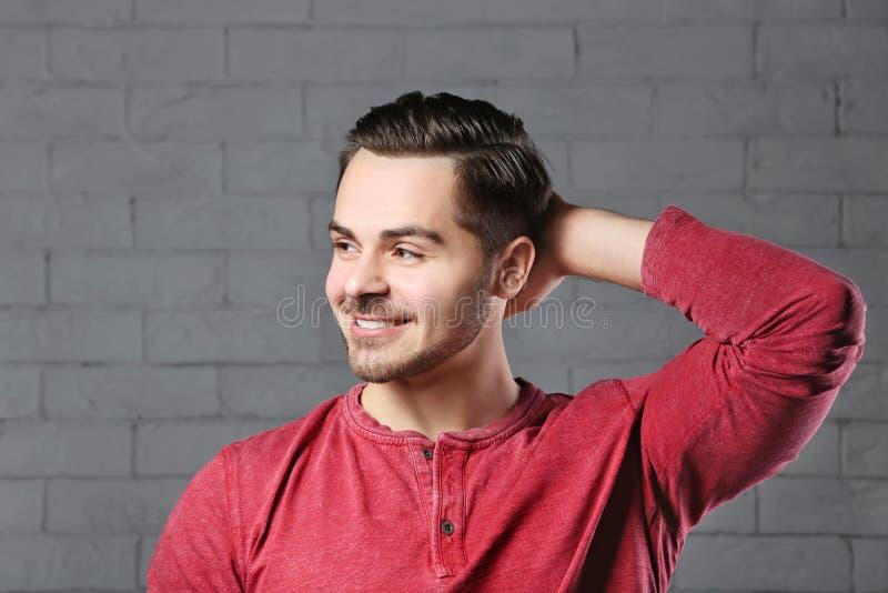 Porträt des jungen Mannes mit dem schönen Haar stockbilder