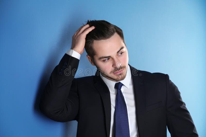 Porträt des jungen Mannes mit dem schönen Haar stockfotografie