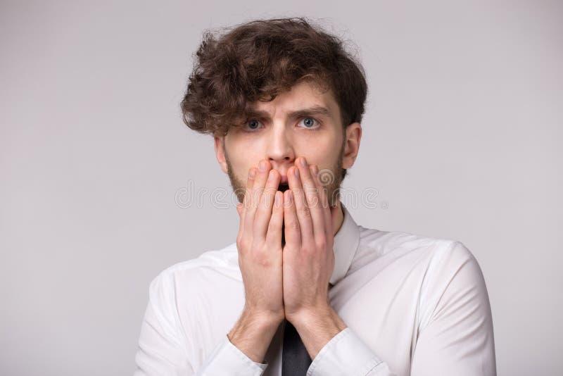 Porträt des jungen Mannes mit entsetztem emotionalem Gesichtsausdruck stockfotos