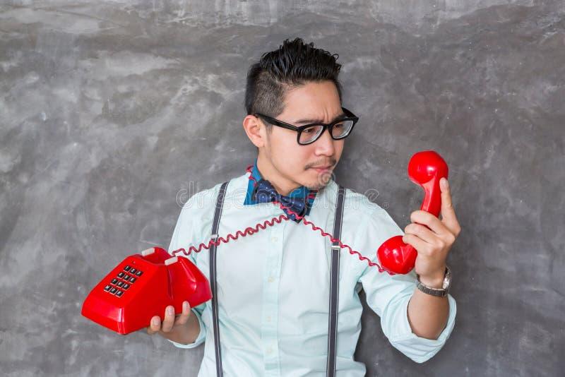 Porträt des jungen Mannes mit Telefon lizenzfreies stockfoto