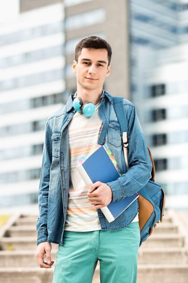 Porträt des jungen Mannes stehend am Collegecampus lizenzfreie stockfotografie