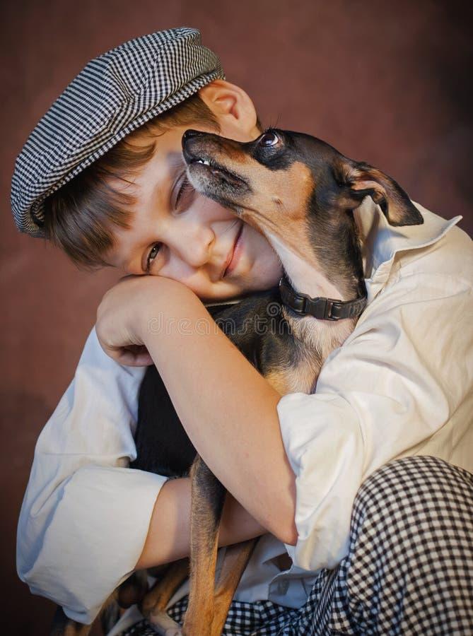 Porträt des Jungen mit Hund stockfotos