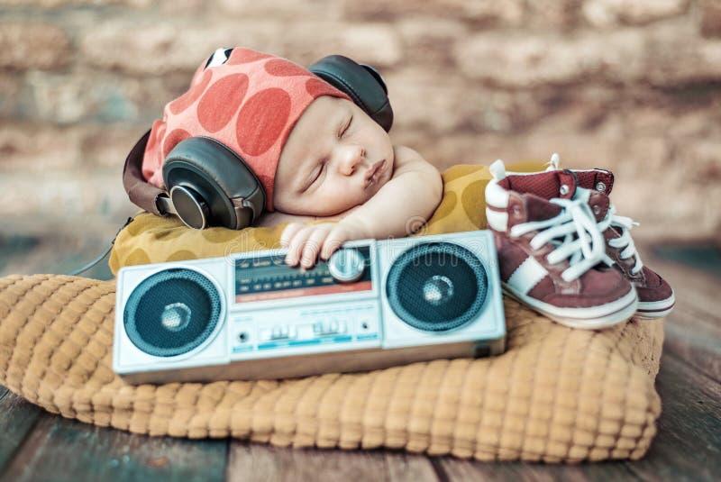 Porträt des jungen neugeborenen DJ stockbild
