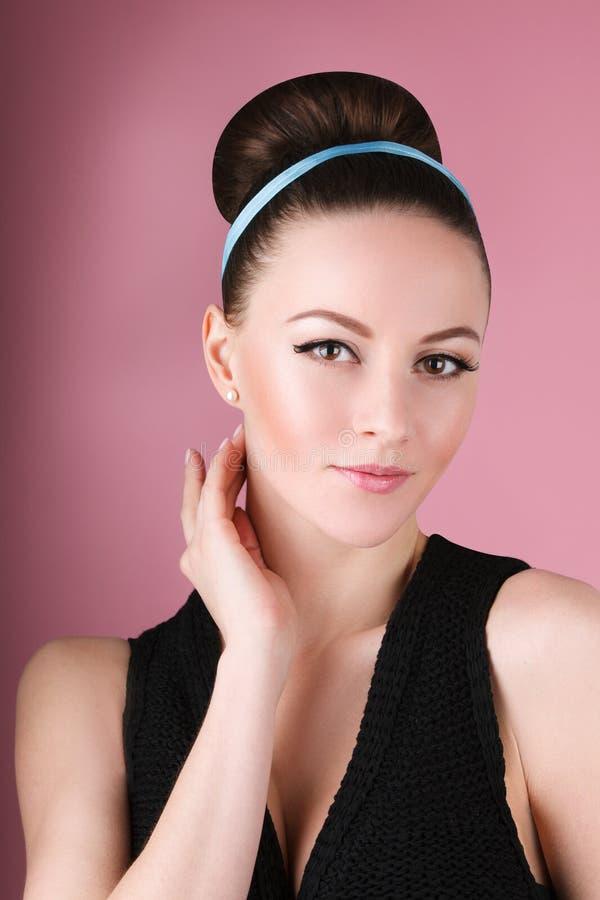 Porträt des jungen schönen frischen dünnen Mädchens mit sauberem Make-up und Haarbrötchen lizenzfreie stockfotografie