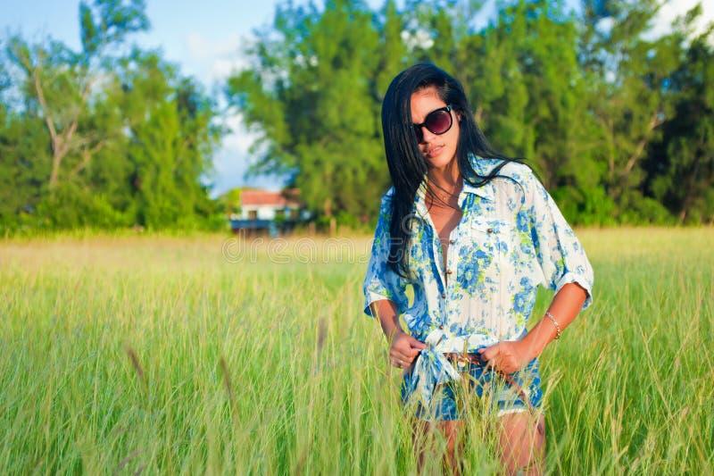 Porträt des jungen schönen hispanischen Mädchens auf einer Rasenfläche stockfotografie