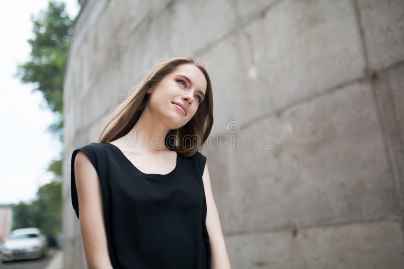 Porträt des jungen schönen Mädchens, das draußen träumt lizenzfreie stockbilder
