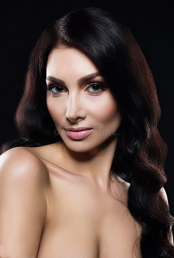 Porträt des jungen schönen Mädchens mit dem schwarzen Haar lizenzfreie stockbilder