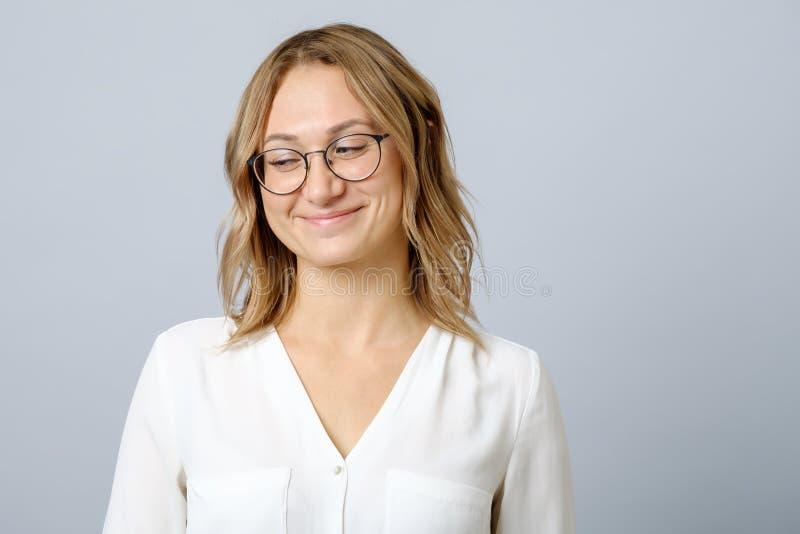 Porträt des jungen schönen schüchternen Mädchenlächelns lizenzfreie stockfotografie