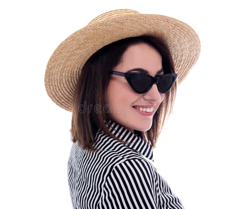 Porträt des jungen Schönheitstouristen im Strohhut und in Sonnenbrille lokalisiert auf Weiß lizenzfreies stockfoto
