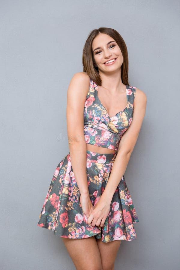 Porträt des jungen schüchternen hübschen Mädchens in der Sommerblumenklage stockbild