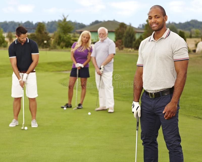 Porträt des jungen schwarzen Mannes auf Golfplatz lizenzfreies stockfoto