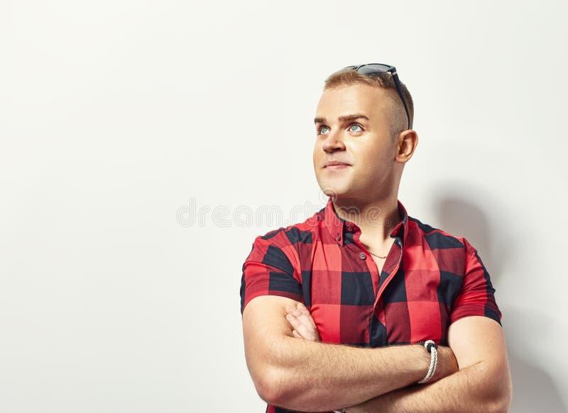 Porträt des jungen stilvollen Mannes im Hemd lizenzfreies stockbild