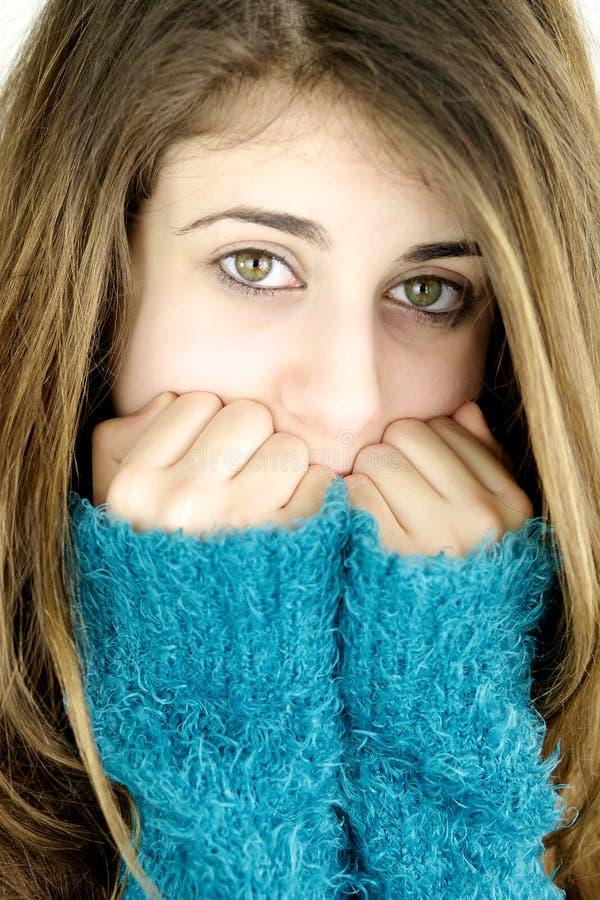 Porträt des jungen traurigen Mädchens mit grünen Augen stockbild