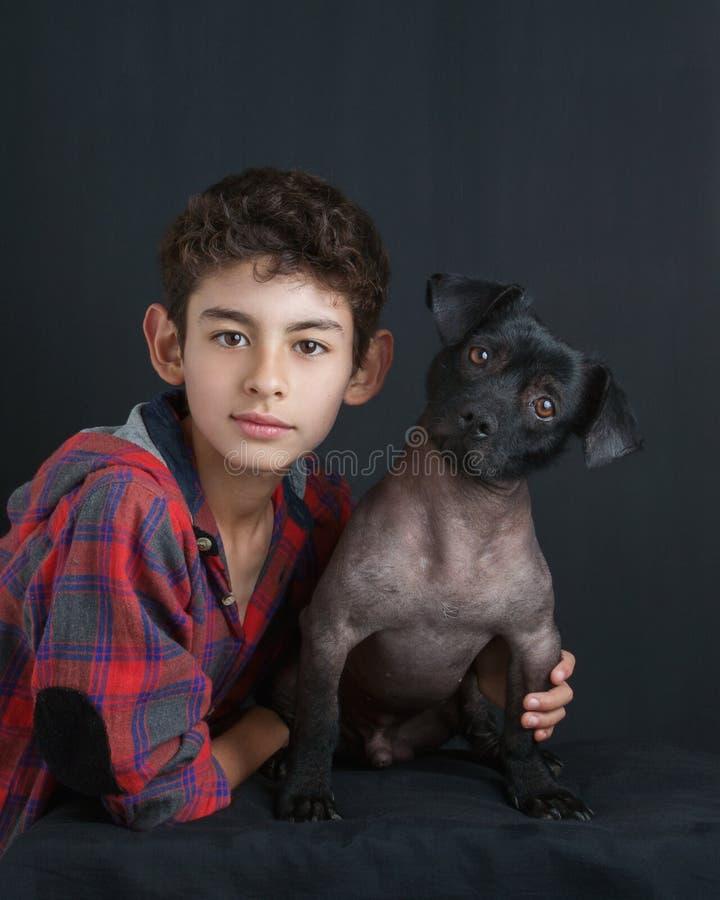 Porträt des Jungen und des Hundes stockbild