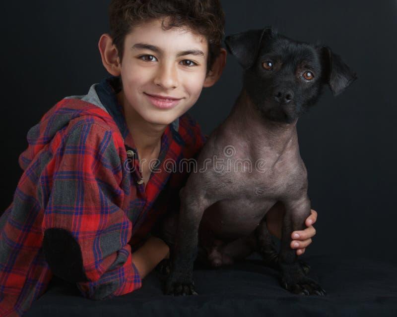 Porträt des Jungen und des Hundes stockfoto