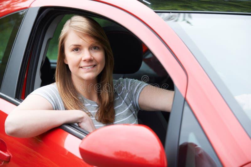 Porträt des jungen weiblichen Fahrers In Car lizenzfreies stockbild