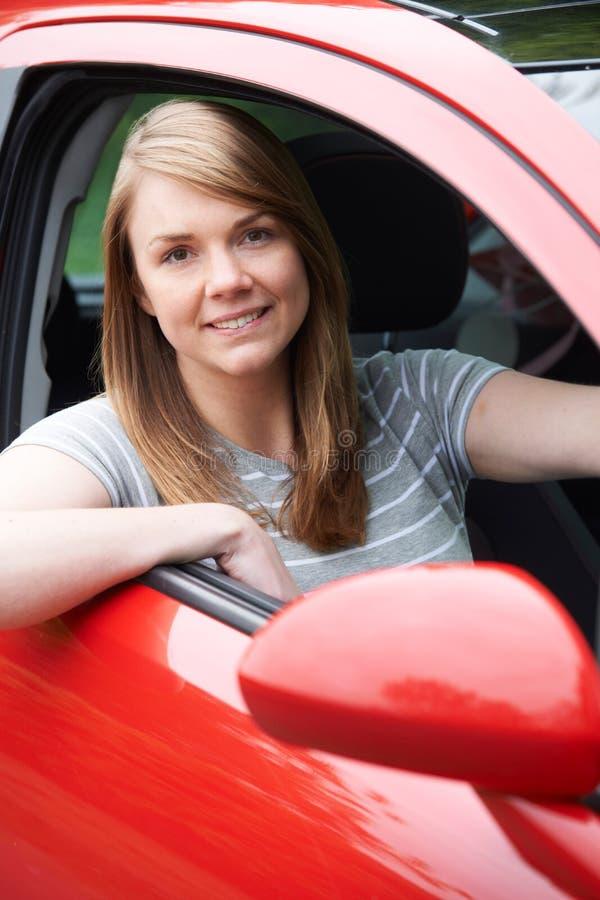 Porträt des jungen weiblichen Fahrers In Car stockbilder