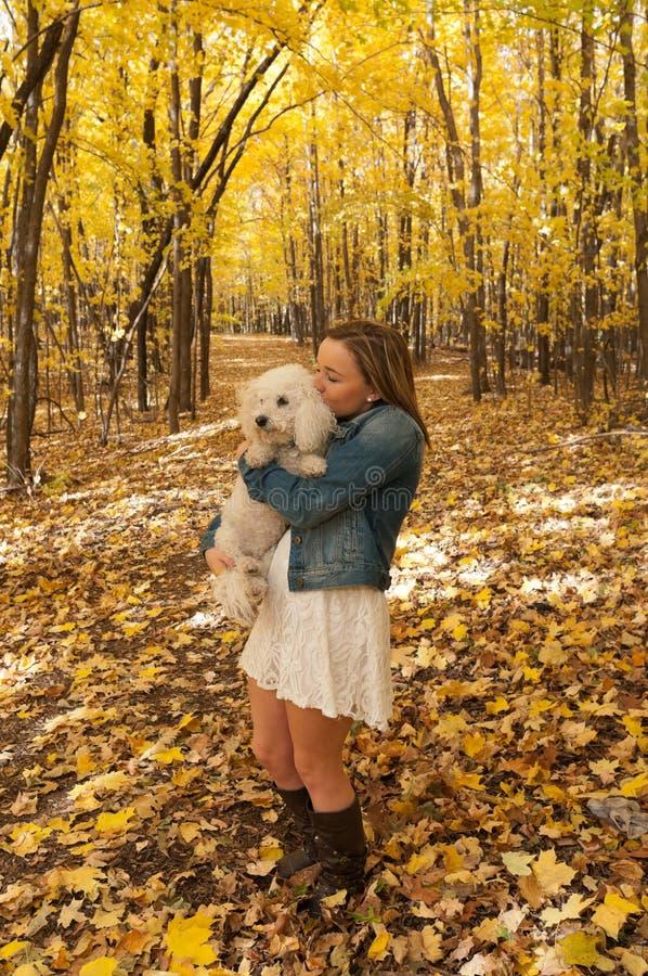 Porträt des jungen weiblichen küssenden Hundes lizenzfreie stockfotografie