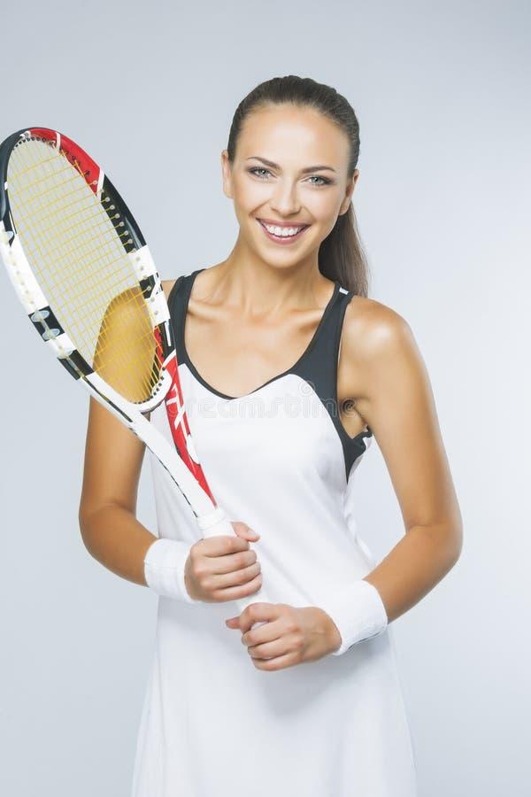 Porträt des jungen weiblichen Tennis-Spielers ausgerüstet mit Professiona stockbild