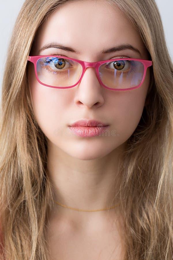 Porträt des jungen wooman mit rosa glassesand Lippen stockbild