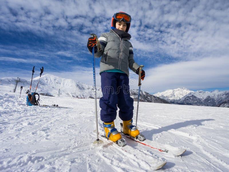 Porträt des Jungenskifahrers auf Skisteigung stockbild