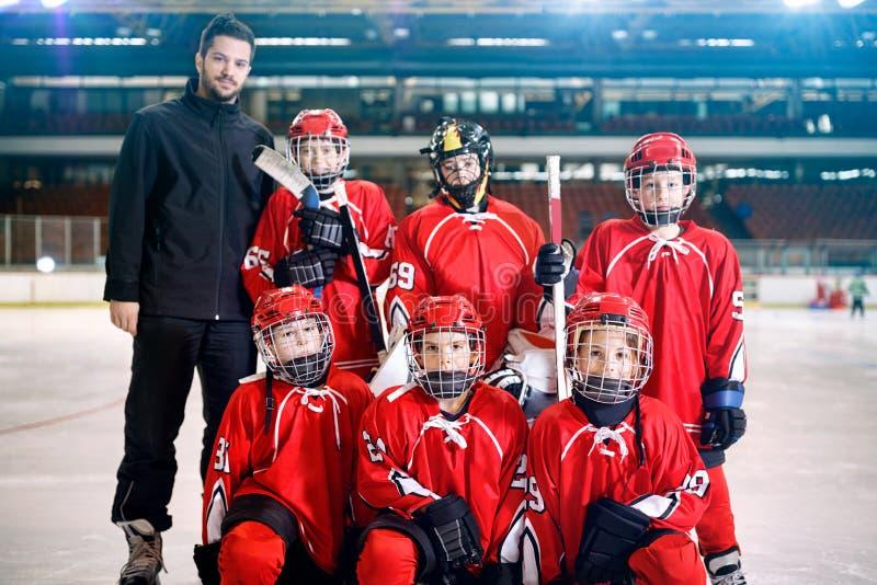 Porträt des Jungenspielerteam-Eishockeys lizenzfreie stockfotografie