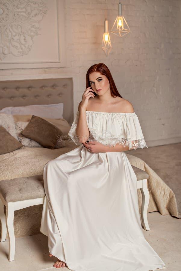 Porträt des junges Mädchen- und Abendluxusmakes-up, trägt die Glättung des weißen Kleides Vogue-Artmodellmädchen im eleganten lan lizenzfreie stockfotos