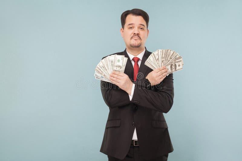 Porträt des kühlen wohlhabenden erfolgreichen Geschäftsmannes stockfotografie
