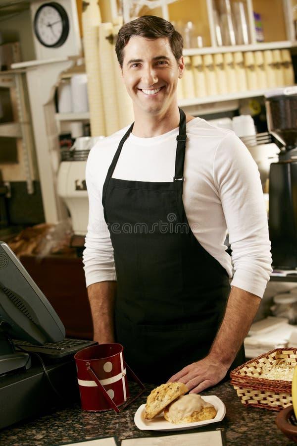 Porträt des Kaffeestube-Inhabers stockfotos
