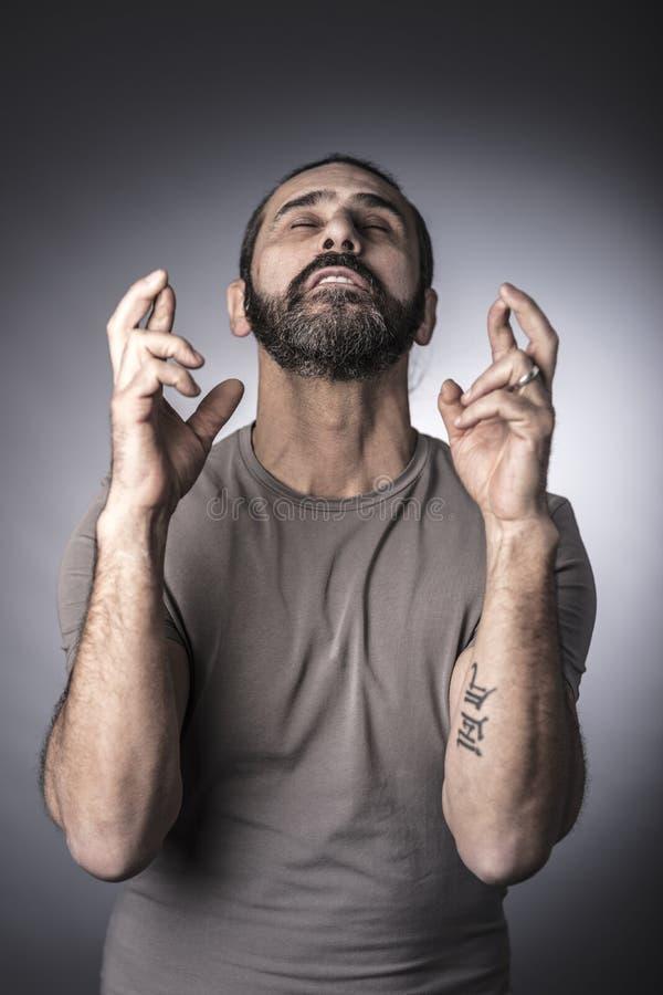 Porträt des kaukasischen Mannüberfahrtfingers stockfotos