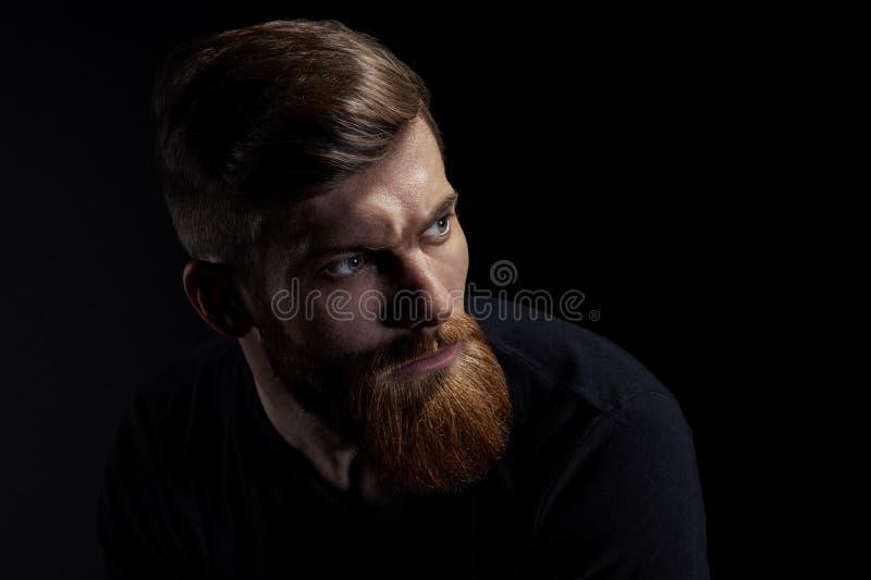 Porträt des kaukasischen Mannes mit großem Bart im schwarzen T-Shirt horizontal lizenzfreie stockfotos