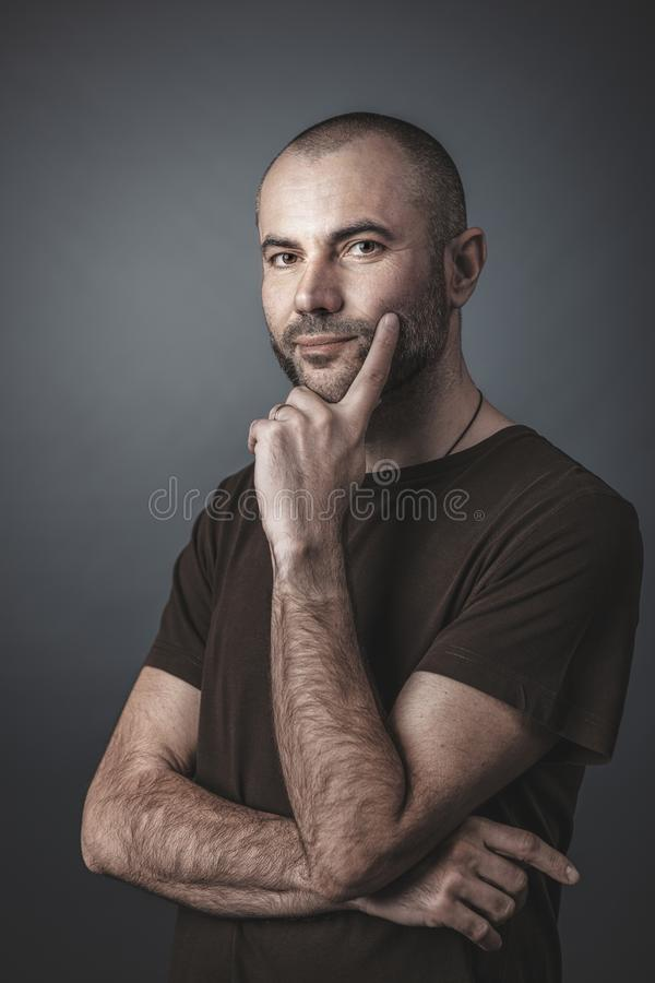 Porträt des kaukasischen Mannes mit kurzem Bart und des Kopfes lizenzfreies stockfoto