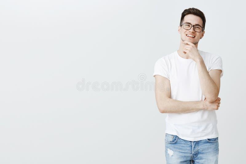 Porträt des Kerls gefiel und erfreute sich mit großem Ergebnis des Arbeitsreibungs-Kinnlächelns selbstzufrieden und froh und hatt stockfoto